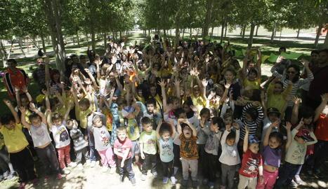 Una protesta de pares i alumnes de l'escola Enric Farreny per la gestió del menjador