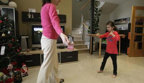 La Laura fa els primers passos, als 10 anys, a casa seua, a Térmens, amb la mare.