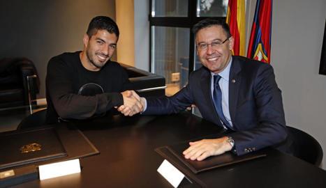 Luis Suárez, al costat del president Josep Maria Bartomeu, després de la firma de la renovació fins al 2021.