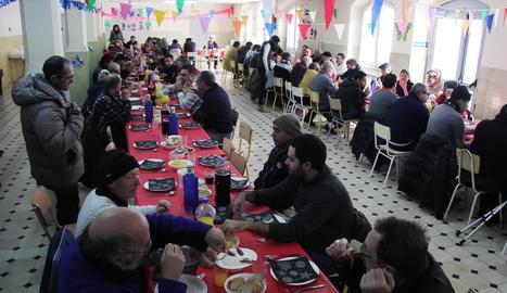 El menjador del col·legi Maristes va acollir ahir el dinar organitzat per quatre entitats lleidatanes.