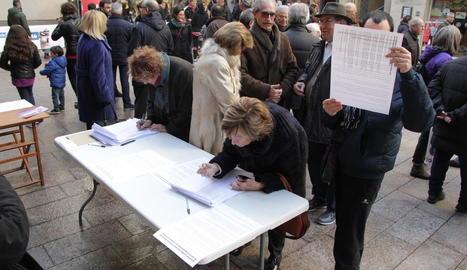 Els impulsors van recollir firmes a la plaça Paeria, ahir.