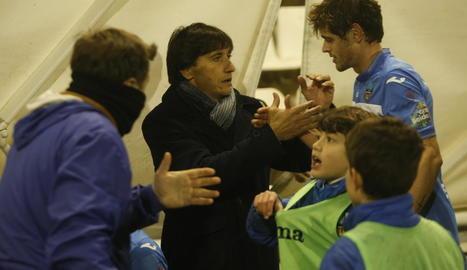 Gustavo Siviero saluda Xavi Quintillà a l'acabament del partit.