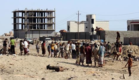 Imatge de curiosos a la zona de l'atemptat ahir al Iemen.