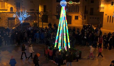L'arbre il·luminat, al mig de la plaça.