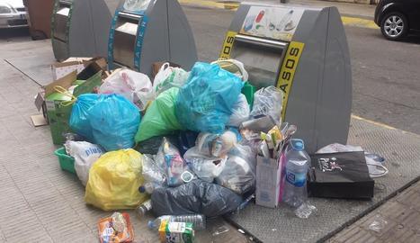 Veïns del Clot van demanar ahir més civisme al tirar les escombraries als contenidors. Els veïns demanen, a més, moure de lloc els contenidors de Taquígraf Martí per allunyar-los de les cases i evitar embussos