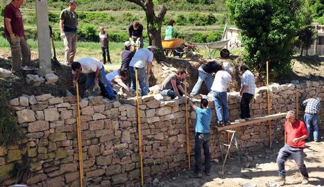 Reconstrucció de parets a Vallbona de les Monges amb els Amics de l'Arquitectura Popular.