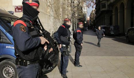 Agents dels Mossos patrullant ahir a la plaça Sant Joan, en ple Eix Comercial de Lleida.