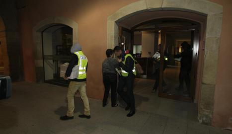 Els mossos el passat mes de novembre sortint de l'ajuntament d'Almacelles