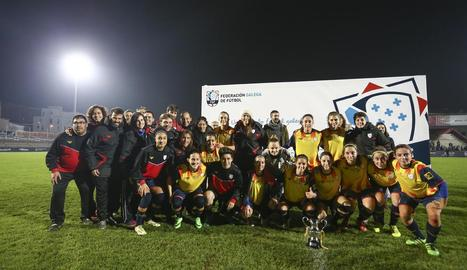 La selecció femenina catalana posa amb el trofeu conquerit a Galícia.