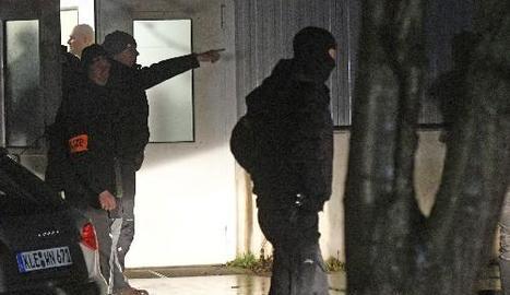Policies alemanys escorcollen un campament de refugiats a Emmerich, Alemanya, a la recerca del presumpte terrorista.