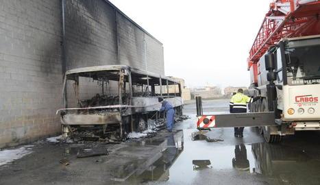 Vista de l'estat en el qual va quedar l'autocar calcinat per les flames ahir a Torres de Segre.