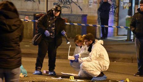 La Policia científica italiana inspecciona el lloc del tiroteig amb el presumpte terrorista.