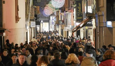 Imatge del carrer Major ple de gent divendres per les compres d'última hora abans de Nadal.