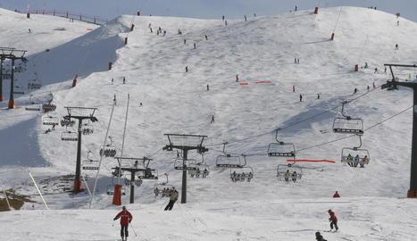 Esquiadors gaudint del dia de neu a les pistes d'esquí de Boí Taüll durant la jornada d'ahir.