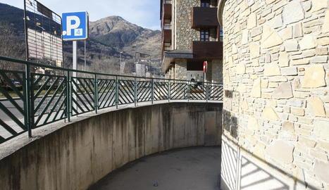 L'entrada al pàrquing pròxim al Palai de Gèu de Vielha.