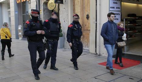 Agents dels Mossos patrullant per l'Eix Comercial.