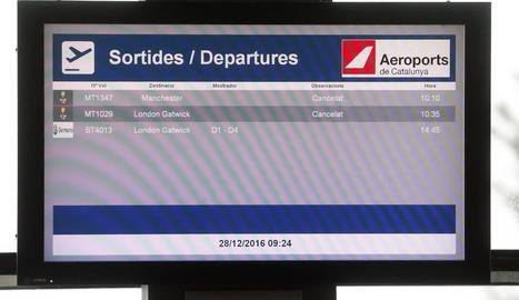 Un panell informatiu aquest dimecres a l'aeroport de Lleida-Alguaire.