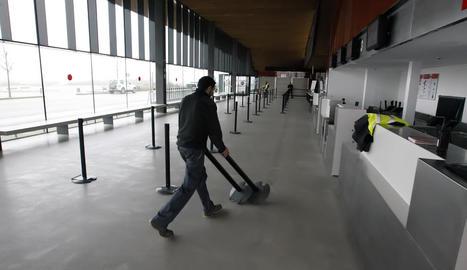 La terminal de l'aeroport buida en una altra jornada de boira intensa que va obligar a desviar vols.
