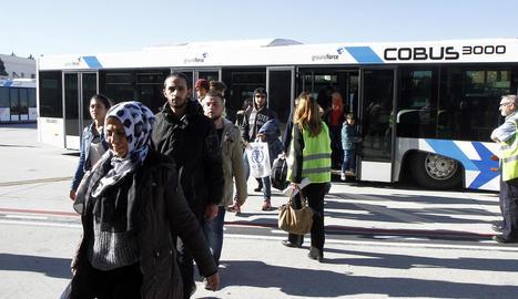 Part del grup de refugiats després d'aterrar ahir a l'aeroport de Barajas, a Madrid.