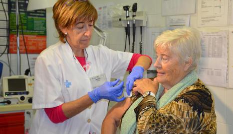 Una dona vacunant-se contra la grip.
