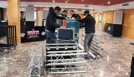 Preparatius ahir a l'hotel Senator Condes, que organitza una festa per a 2.000 persones.