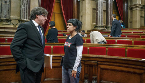 Carles Puigdemont i Anna Gabriel conversen a la sala de plens del Parlament.