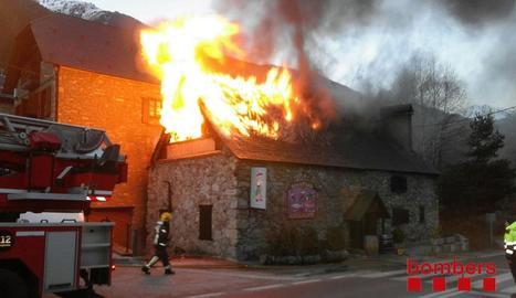 Enormes flames van calcinar la teulada i un petit habitatge situat a sobre del restaurant.
