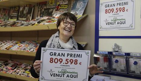 Anna Arenas, ahir, amb el cartell que acredita el premi de la Primitiva que ha venut a Benavent.