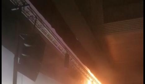 En aquesta imatge s'aprecia el foc en una cortina