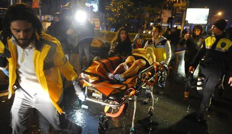 Els serveis mèdics traslladen en llitera a una ambulància un ferit en l'atac contra el popular club nocturn Reina, a Istanbul.
