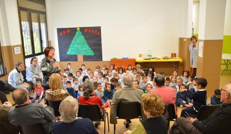 Els nens van cantar Nadales per als avis.