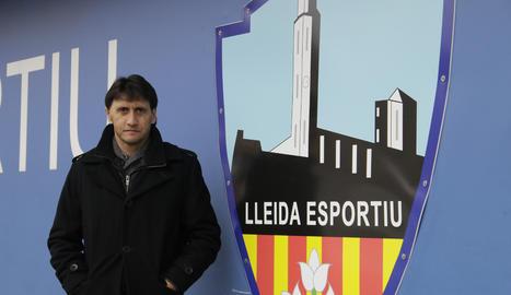 Gustavo Siviero posa al costat de l'escut del Lleida Esportiu al Camp d'Esports.