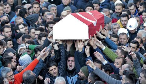 Familiars d'una de les víctimes de l'atemptat porten el fèretre durant el seu funeral, ahir a Istanbul.