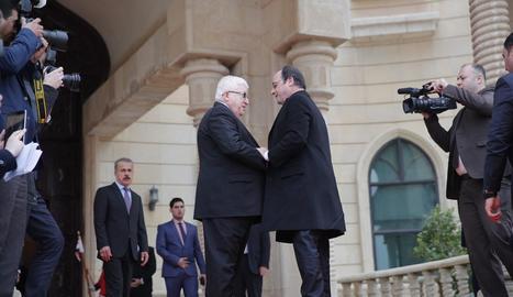 Hollande saluda el president iraquià, Fouad Massoum, ahir a Bagdad.