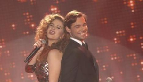 Cristina Pedroche, a l'esquerra, i els actors de 'Merlí'.