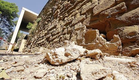 Imatge d'arxiu d'un despreniment a la muralla de la Seu Vella.