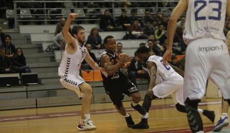 Garrett Nevels supera la pressió d'Edu Martínez i Mo Soluade.