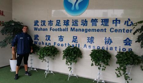 El tècnic lleidatà Albert Culleré, a la seu de la Federació de Futbol de Wuhan.