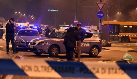 Policies italians investiguen al costat del cos d'Amri després del tiroteig a Milà que va acabar amb ell.