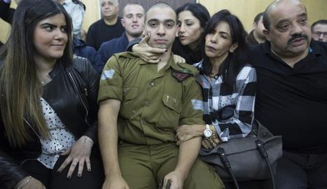 El soldat israelià Elor Azaria espera al costat de la seua família la lectura de la sentència.
