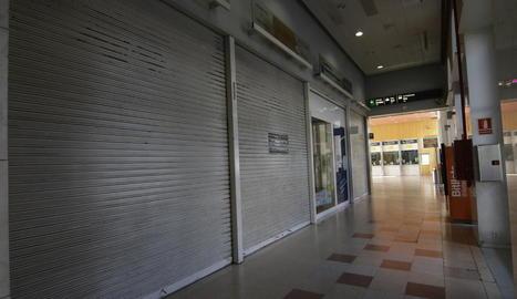 La cafeteria de l'estació, ahir deserta i amb tanques, ja que no hi ha personal que l'atengui.