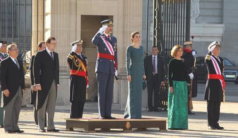 Els reis, al costat de Rajoy, Cospedal i Zoido, ahir en l'acte de la Pasqua Militar al Palau Reial.