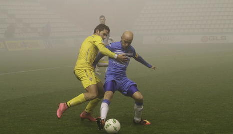 Casares, un dels destacats del partit, pugna per una pilota amb un defensa del Badalona.
