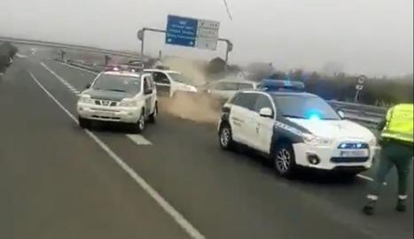 Moment de l'impacte del cotxe contra la Guàrdia Civil.