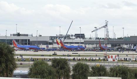 Centenars de persones a la pista de l'aeroport de Ford Lauderdale, poc després de l'atac.