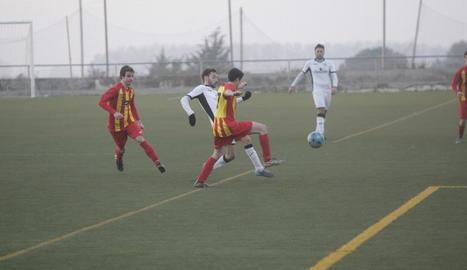 Un jugador del Borges i un del Palau d'Anglesola pugnen pel control de l'esfèrica.