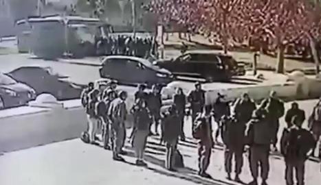 Autoritats i forces de seguretat davant del camió amb el frontal tirotejat.