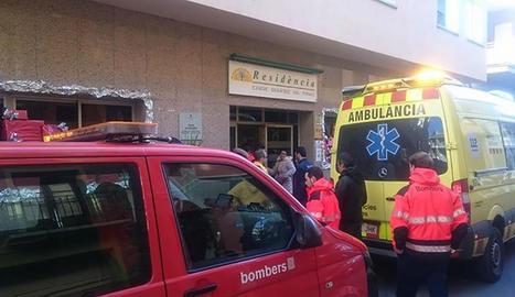 Els Bombers i el SEM ahir davant de la residència després de trobar i traslladar l'home desaparegut.