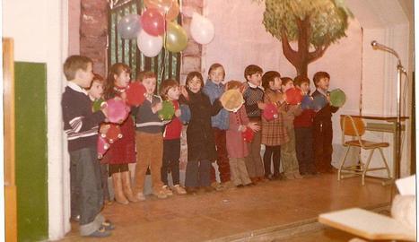 Alguns alumnes durant una representació teatral.