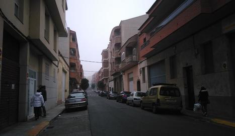 Estat actual de les voreres del carrer Les Roses al barri de la Bordeta.